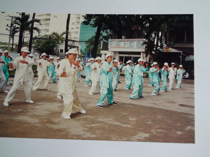 Học viên biểu diễn Thái Cực Khí Công Thập Nhị Liên Hoa tại Trung Tâm Văn Hóa Q1, TPHCM